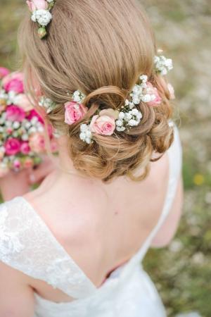 Braut mit Blumenhaarschmuck